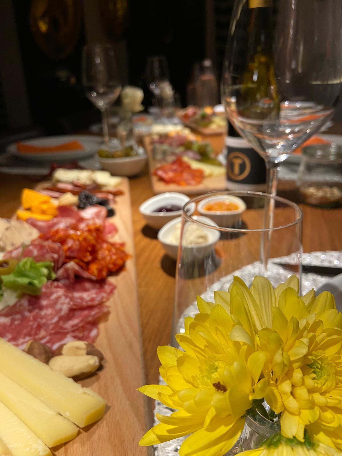Genussplatte mit leckeren Wurst- und Käsesorten, Obst und Antipasti TO GO