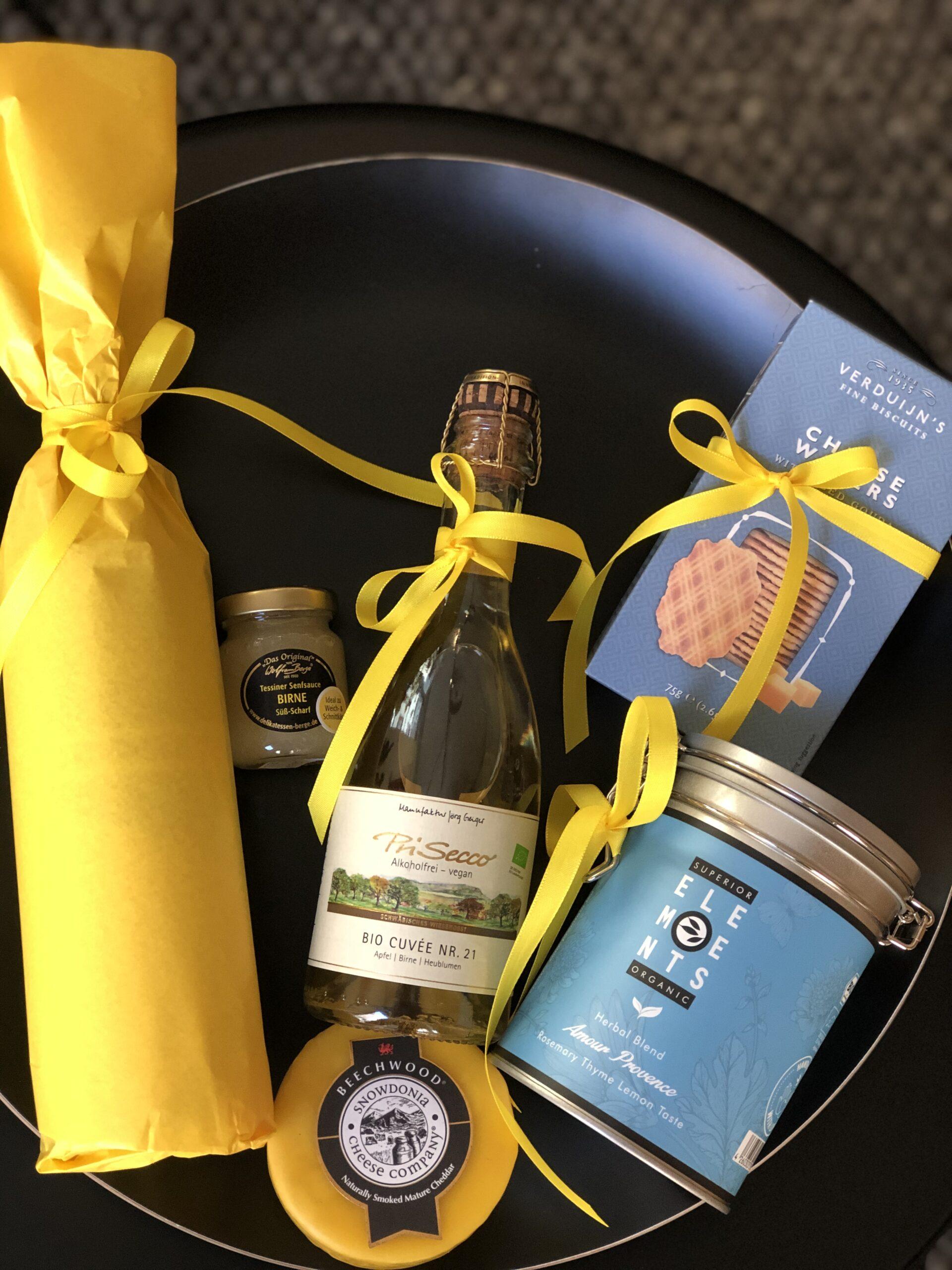 Geschenkkorb bestehend aus Prisecco, Cheddar-Käse, Tessiner Senf, Waffelgebäck