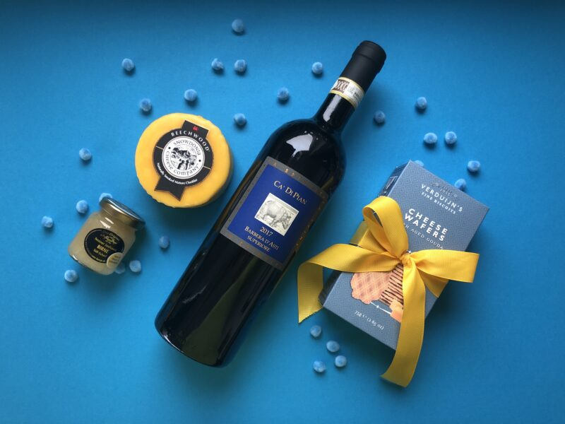 Geschenkpaket Rotwein Barbera D'Asti, Cheddarkaese, Kaesewaffeln, Tessiner Senfsauce