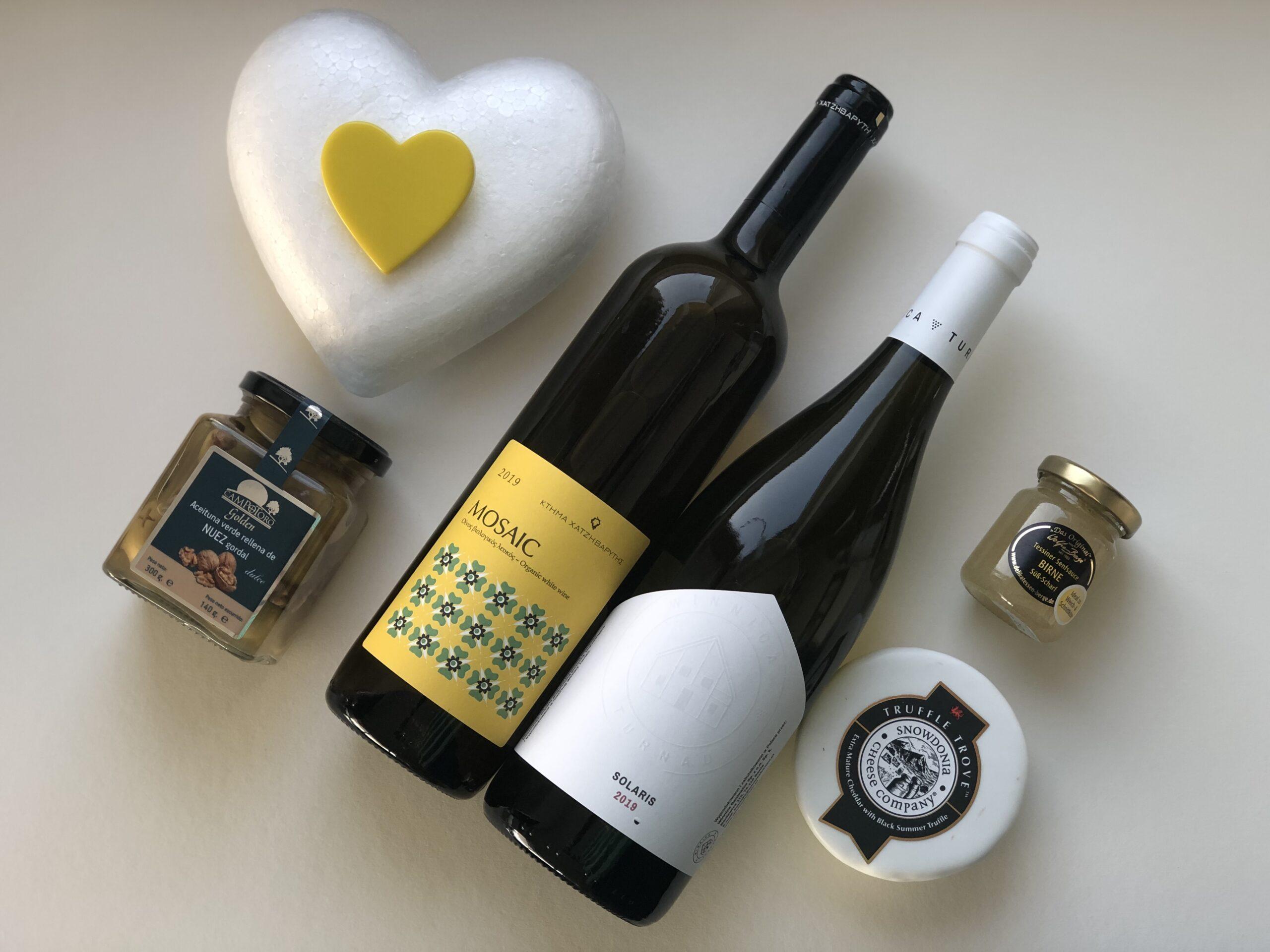 Geschenkpaket Weissweine Solaris und Mosaic, Cheddar-Kaese, Tessiner-Senf, Oliven mit Walnuessen