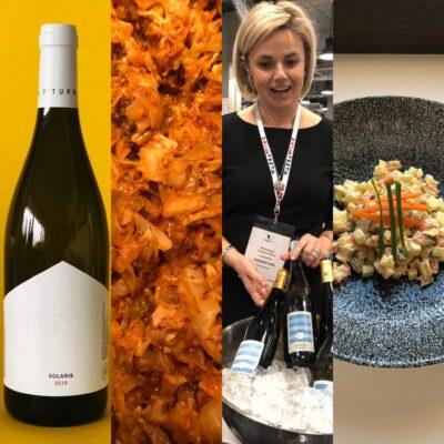 polnischer Wein und traditionelles Bigos und Salatka